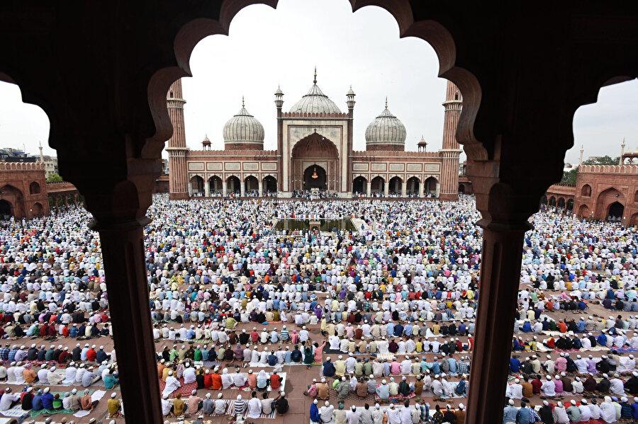 Hint coğrafyasında egemen olmuş Müslüman devletlerin inşa ettiği oldukça ihtişamlı eserler bugünün Hindistan Müslümanlarının dini ve sosyal hayatı için önemli birer merkezdir.