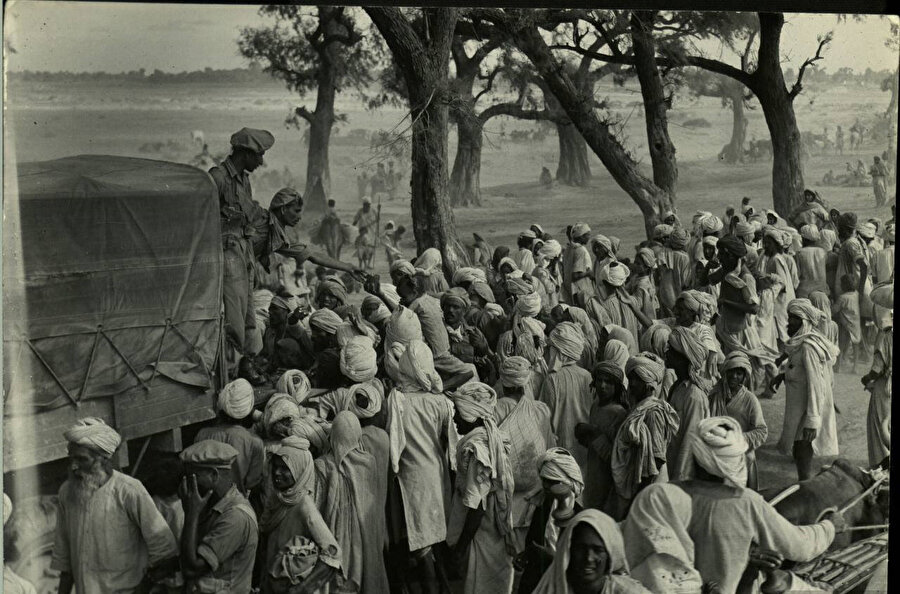 Hindistan Yarımadası'nın Hindistan ve Pakistan olmak üzere bölünmesiyle modern tarih sahnesinde görülen en büyük göçlerden biri yaşanmıştı.
