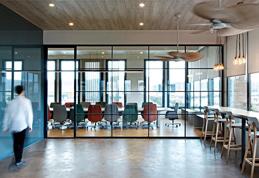Teras kattaki toplantı salonu ve renkli mobilyaları.