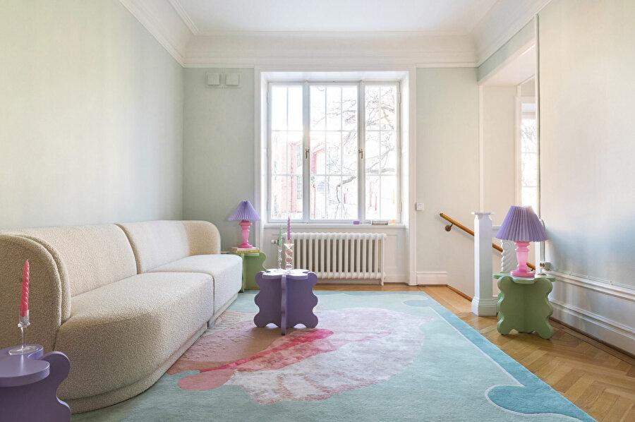 Gustaf Westman tarafından tasarlanan masalar, salona yerleştiriliyor.