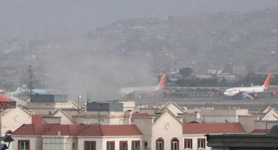 Patlama sonrasında havalimanı yakınlarının toz bulutu içinde kaldığı görülüyor.