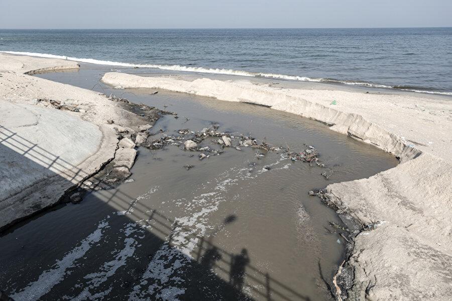 Abluka şartları nedeniyle yeterince arıtılamayan atık sular Gazze sahillerini kirletiyor.