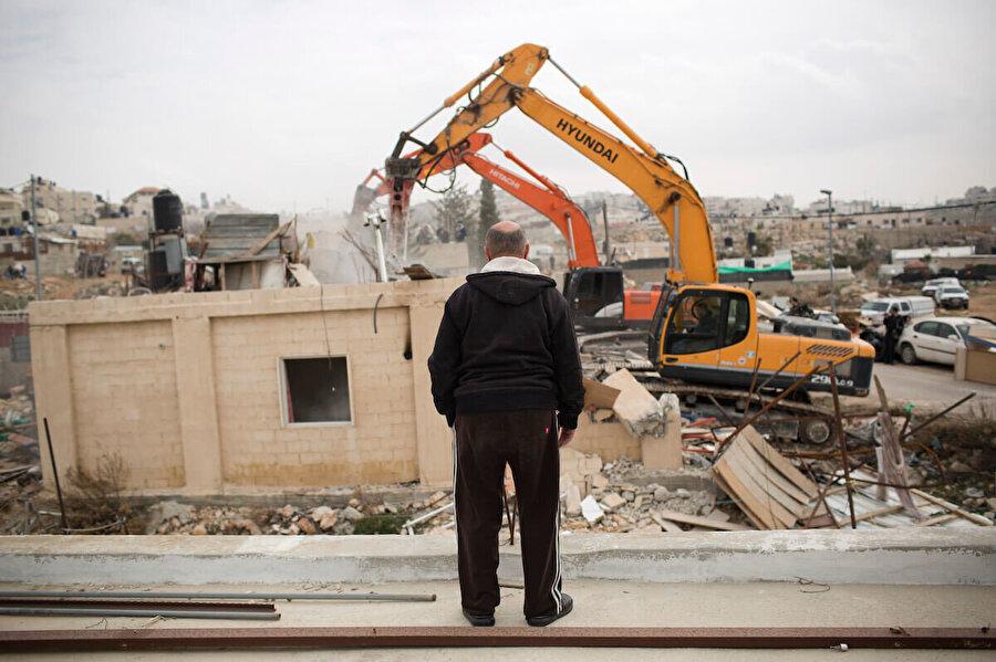 Doğu Kudüs'te, evinin yıkılışını izleyen bir Filistinli.