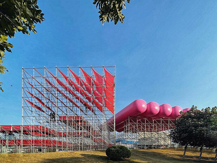 Projede canlı ve dikkat çekici pembe, kırmızı ve mavi renkleri tercih ediliyor.