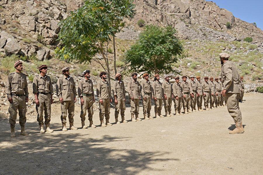 Pençşir'deki yerel güçlerin büyük çoğunluğunu Tacikler oluşturuyor.