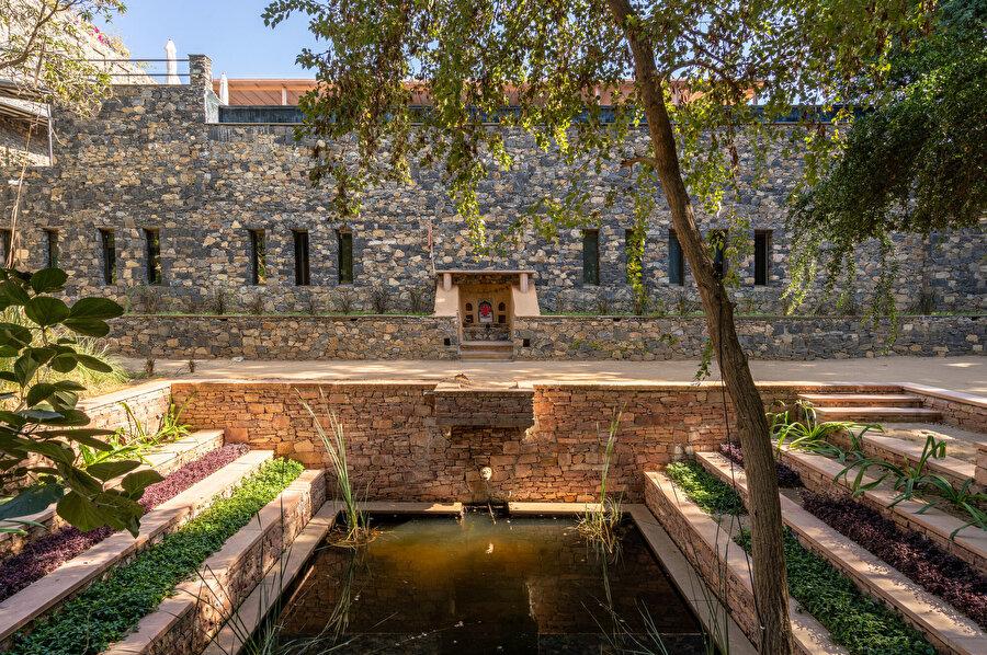 Yapılaşmanın iç tarafında özel bir havuz yer alıyor.