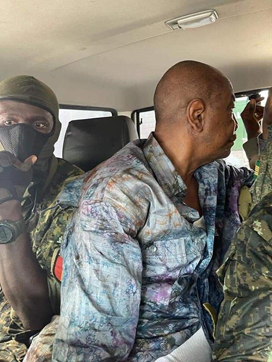 Cumhurbaşkanının darbeci askerlerin elinde olduğuna dair paylaşılan bir fotoğraf.