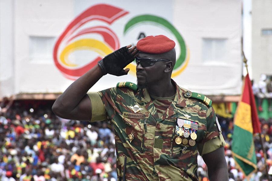 Gine'de darbe girişiminin arkasındaki isim Özel Kuvvetler Birliğinin (GFS) başı Albay Mamady Doumbouya.