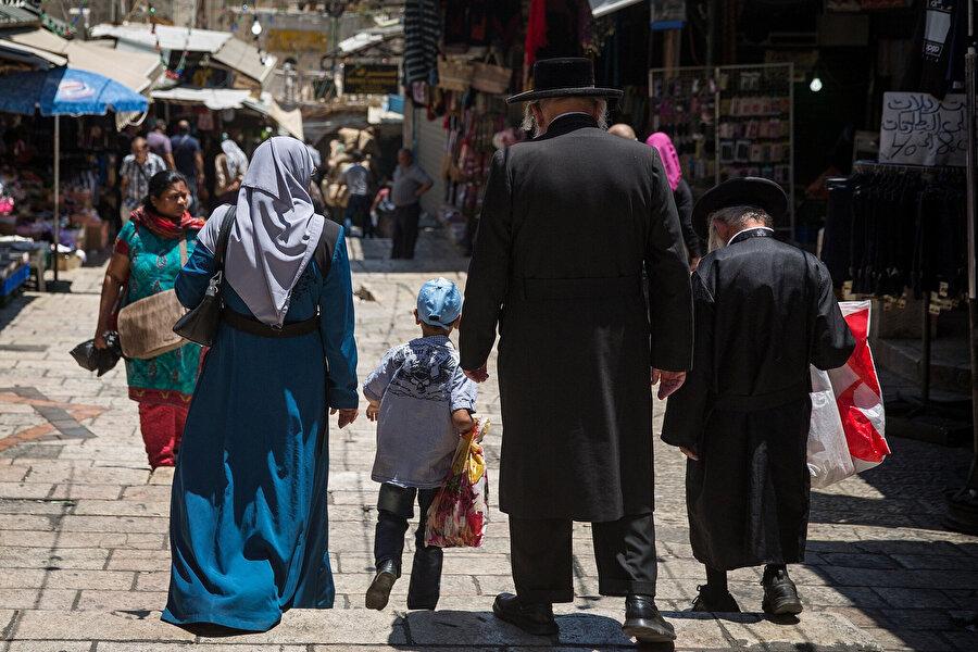 İsrail'in tüm etnik temizlik faaliyetlerine rağmen Filistin topraklarındaki Arap nüfus giderek artıyor.