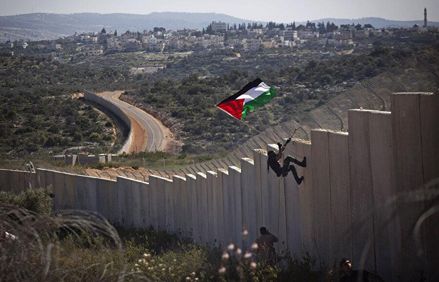 16 Haziran 2002'de, İsrail işgal yönetimi, Batı Şeria'yı bir açık hava hapishanesine çeviren utanç duvarının inşasına başladı. Yüksekliği yer yer 8 metreye ulaşan duvar, bütün etaplarıyla tamamlandığında, toplamda 708 km. uzunluğa sahip olacak.