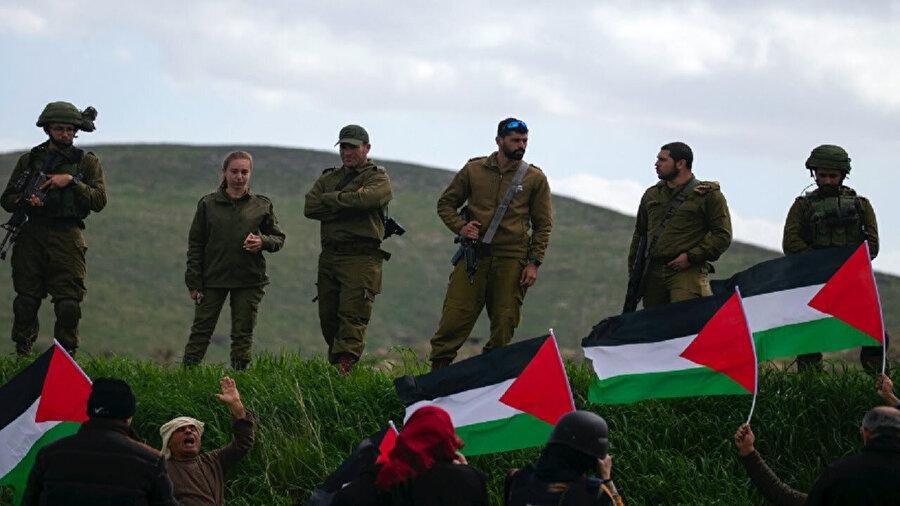 İsrail askerlerinin ve halkının, Gazze ve diğer Filistin şehirlerinde yaşanan zulme sessiz kalmalarının en önemli sebeplerinden birisi olarak küçük yaştan itibaren her İsrail vatandaşının maruz kaldığı siyonist propaganda gösteriliyor.
