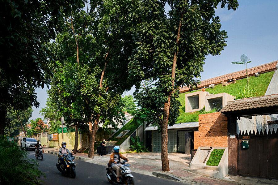 RAD+ar ofisinin tropikal mimariye yaklaşımı, işlevselliğin estetik anlayışla nasıl bütünleştirilebileceği konusunu kapsıyor.