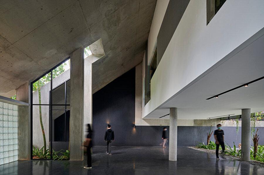 Eğimli çatı, binanın şiddetli yağmura ve mevsimsel şartlara dayanabilmesi için suyu büyük bir verimlilikle zemine kanalize ediyor.