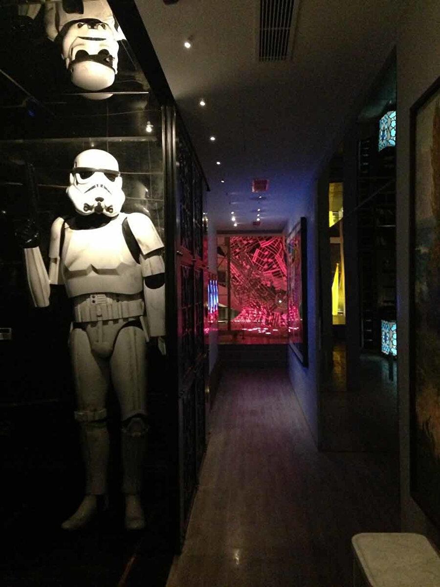 Starwars heykeli ile arka planda yapılan ışıklandırmalar.