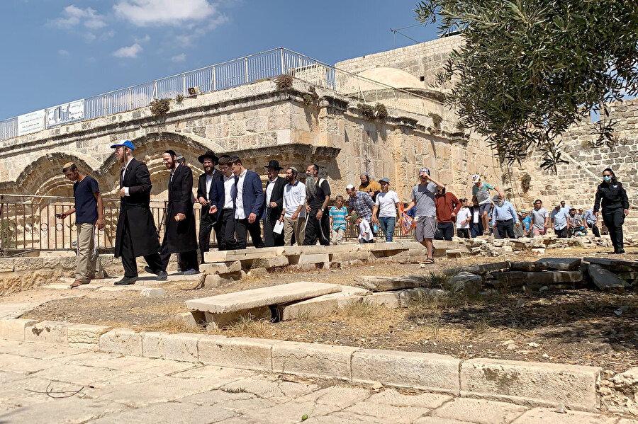 Yahudiler, 2003'ten bu yana idarenin izni olmadan İsrail'in tek taraflı kararıyla polis eşliğinde kutsal mabede giriyor.