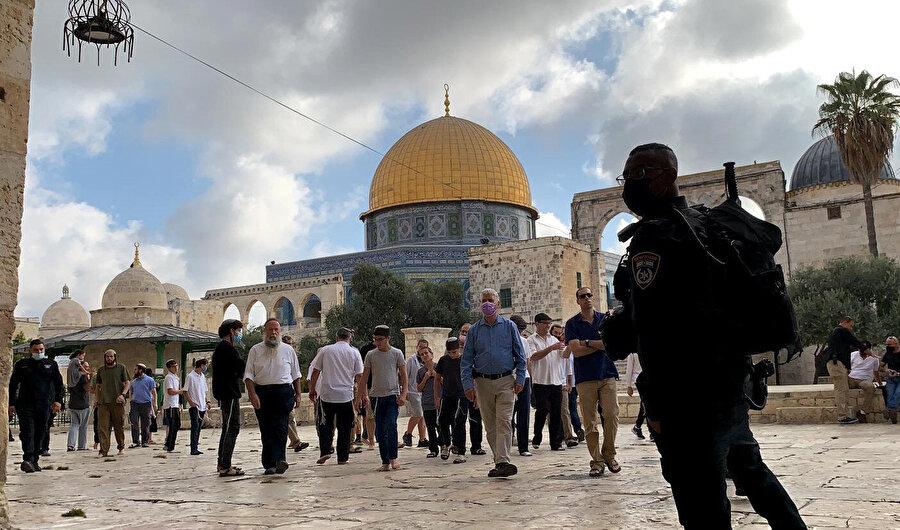 Söz konusu baskınlara kimi zaman İsrail'in önde gelen siyasi isimlerinden de katılanlar oluyor.