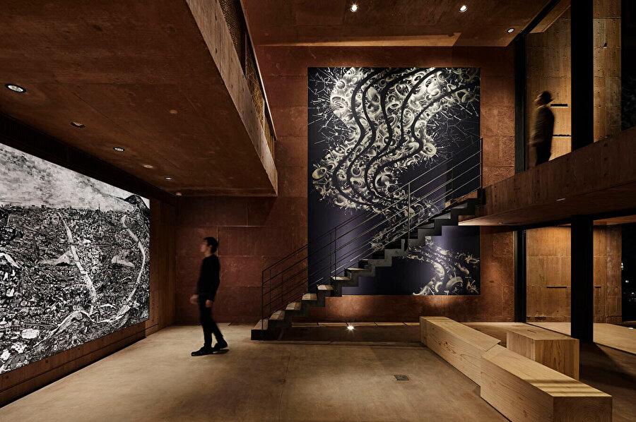 Otelin duvarında, Beppu'nun küçük resimlerinden oluşan şehir haritası sergileniyor.