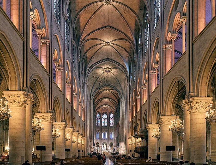 Notre Dame Kilisesi'nin iç bölümünden bir görüntü.