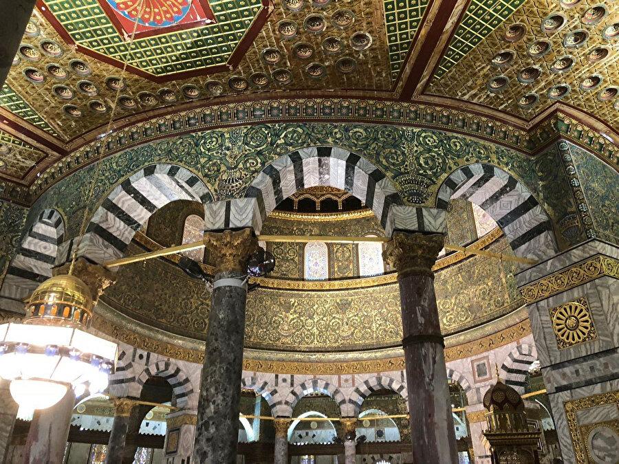 Kubbetü's-Sahrâ'nın kubbesini içeriden çeviren üç kemerli geçişler.