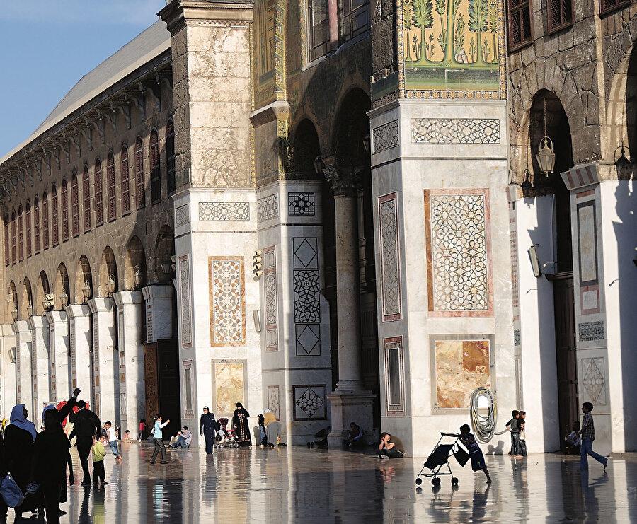 Şam'daki Emevi Camii İslam mimarisinin en seçkin örneklerinden birisi olarak çok erken dönemlerde yapılmış olmasının da etkisiyle Batı mimarisi için önemli bir model teşkil ediyordu.