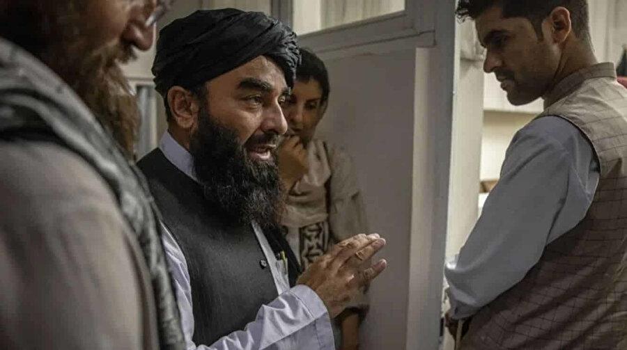 Zabihullah Mücahid'in ofisinden yapılan açıklamayla ABD'nin Kabil'de ilan edilen geçici hükümete karşı yaptığı eleştiriler sert bir şekilde kınandı ve ABD'nin bu şekilde Doha Anlaşması'nı ihlal ettiği ifade edildi.