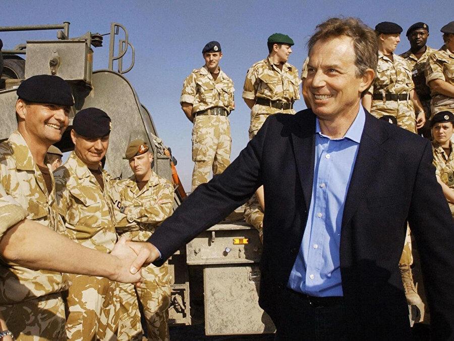 Eski İngiltere Başbakanı Tony Blare'ın Basra'daki birlikleri ziyareti, 2004.