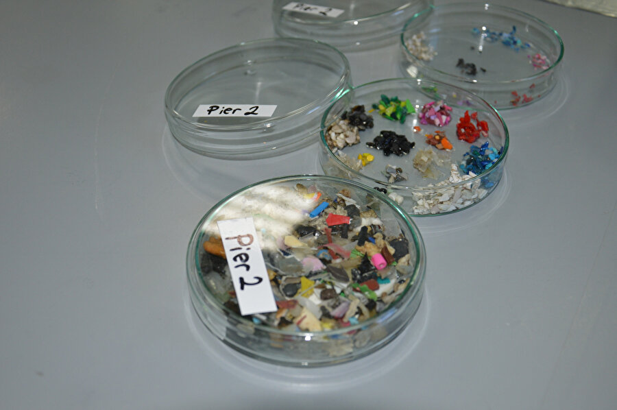 En önemli önleme adımının ise plastik bardak, çatal, tabak vb. tek kullanımlık plastik ürünler yerine uzun süre kullanabileceğimiz plastik ürünleri tercih etmek olduğunu söyleyebiliriz