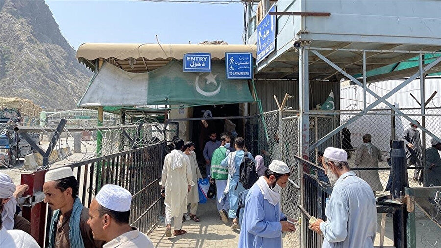 Pakistanlı yetkililer, Taliban'ın Afganistan'daki hakimiyeti sonrasında Torkham sınırını kapatmış ve ülkeye daha fazla Afgan mülteci kabul edilmeyeceğini ilan etmişti.