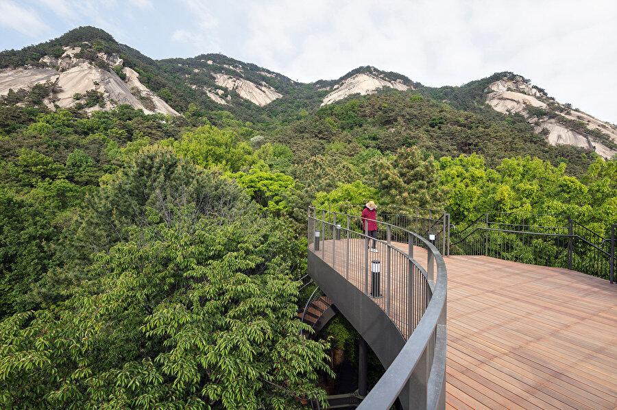 Yapı, Bulam Dağı'na ve şehre maksimum görüş sağlıyor.