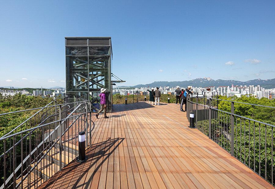 Pavyonun zirve kotu, kullanıcılara panoramik bir gözlem sunuyor.
