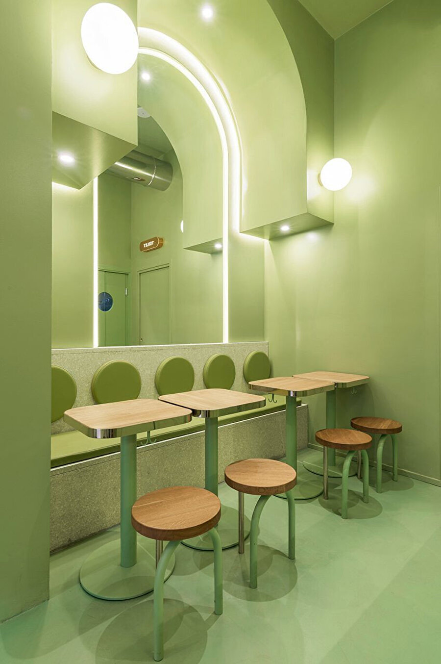 Restoran genelinde oturma alanları ve masalar ahşaptan yapılıyor.