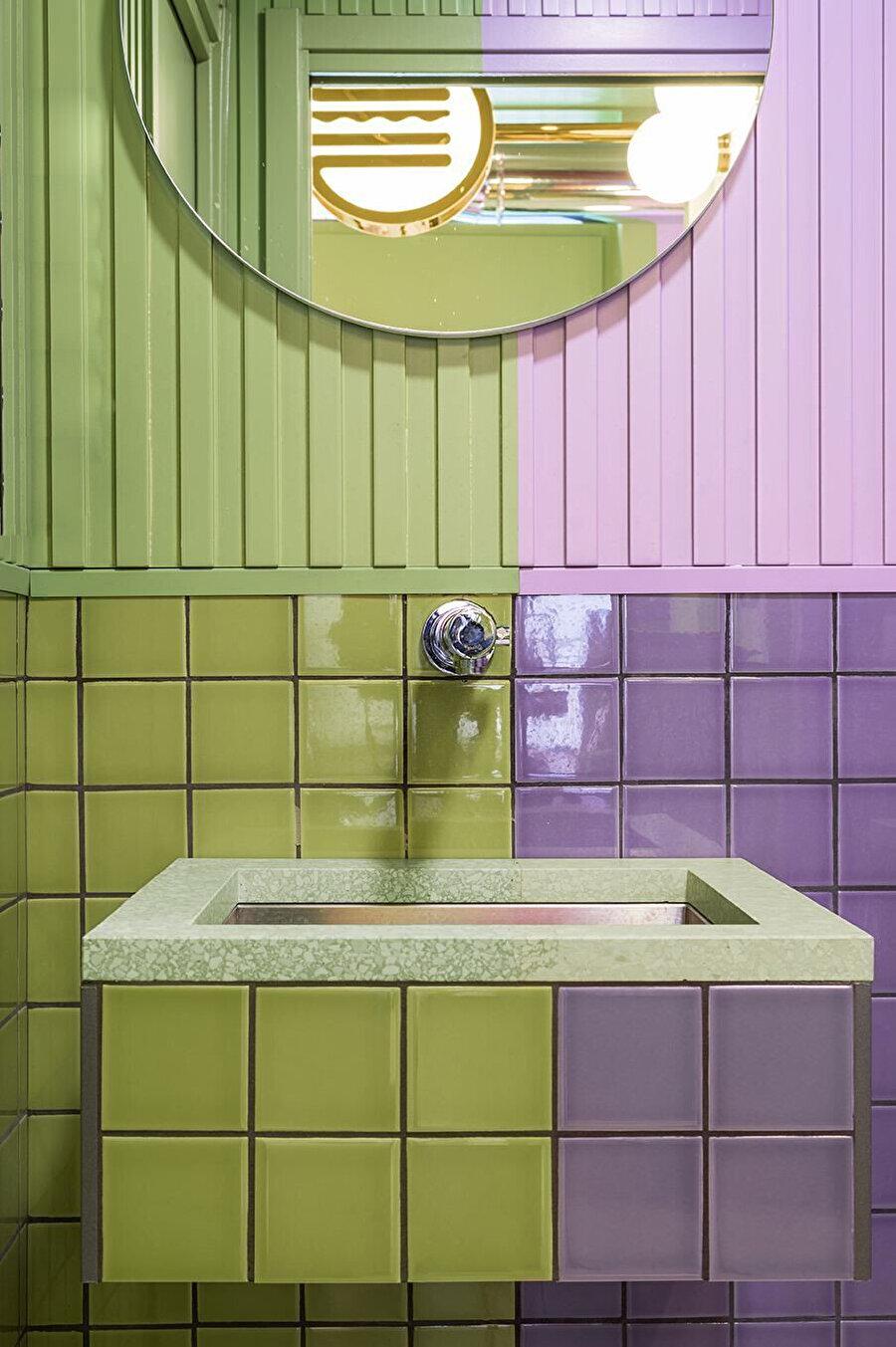 Restoranın lavabosunda da leylak ve avokado yeşili birlikte kullanılıyor.