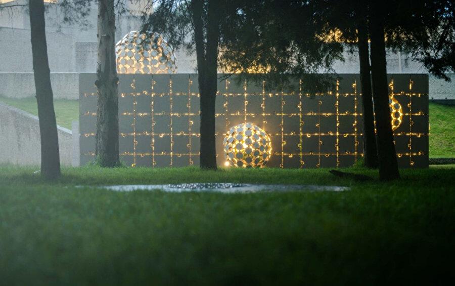 Pavyonun içerisinde, her taraftan hacmin içine açılan küçük yarıklar ve delikler sayesinde dış mekân unsurlarına açık kalan yemyeşil bir bahçe bulunuyor.