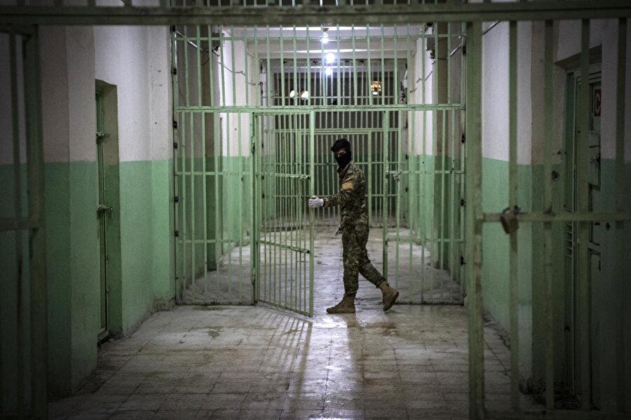 Esed rejiminin hapishanelerinde işlenen insanlık suçları daha önce de pek çok raporla belgelenmişti.