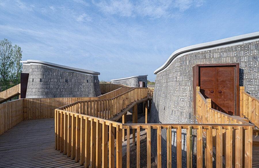 Hostel, geçmişten geleceğe bir bakış sunarak Çin'in kırsal kesiminden uzaklaşmıyor.