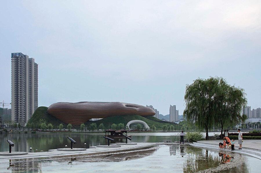 Müzenin kahverengi tonları doğayla bütünlük sağlıyor.