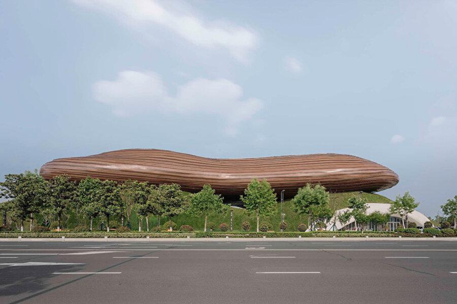 Yapı, dalgalı tepelere oturuşuyla havada yüzüyormuş gibi bir görünüm veriyor.