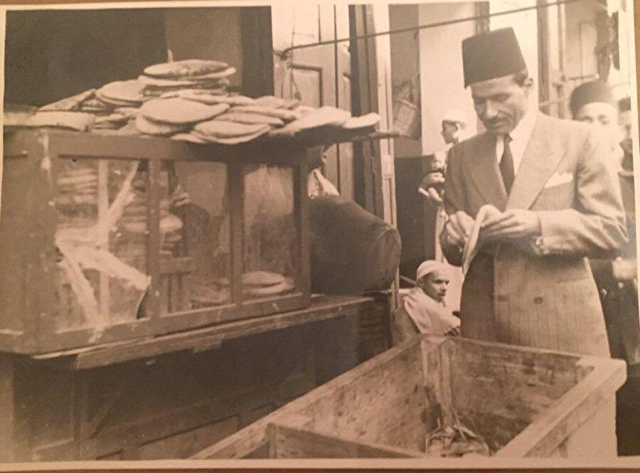 Ahmed Hamza Paşa, bir fırında ekmeğin kalitesini kontrol ederken.