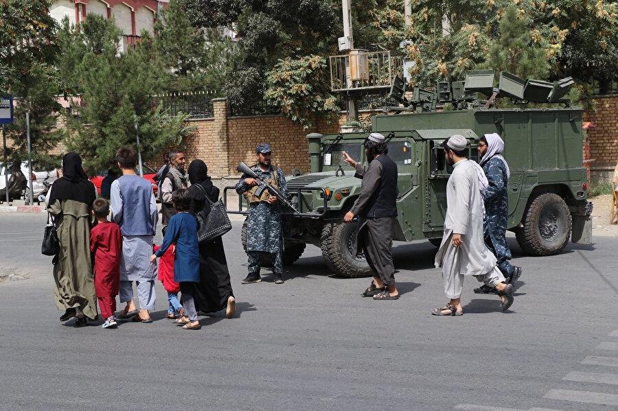 Kabil sokaklarında asayişi sağlamakla görevlendirilmiş Taliban askerleri.