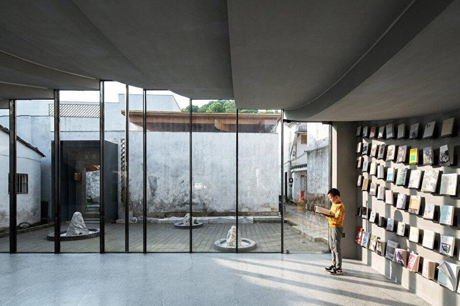 Bridge Gallery'nin avluya bakan saydam cephesi aydınlık bir mekan sunuyor.