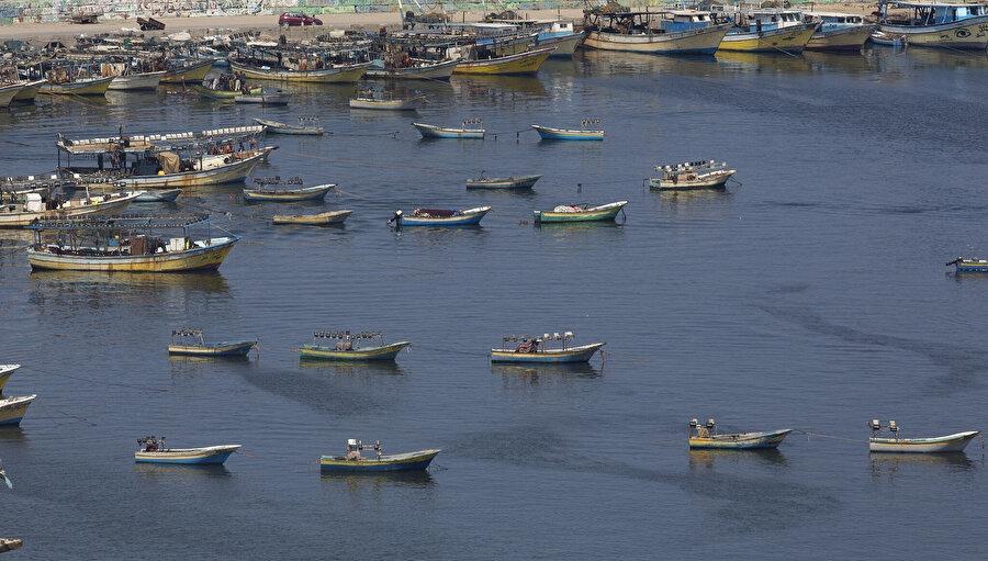 İsrail'in uluslararası anlaşmalara rağmen abluka altındaki Gazze Şeridi açıklarında avlanmayı tamamen yasaklaması, zaten yoksulluk sınırı altında yaşayan 5 bini aşkın Filistinli ile ailelerinin yeni sıkıntılarla karşı karşıya kalmalarına neden olmuştu. .