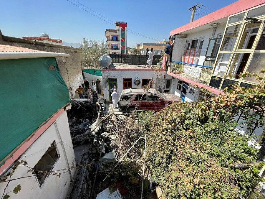 Saldırı sonrası evin bahçesinde hurdaya dönen araçlardan oluşan enkaz hala kaldırılamadı.