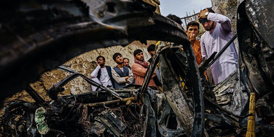 Drone ile takip edilerek evin girişinde vurulan içinde sivillerin bulunduğu araç.