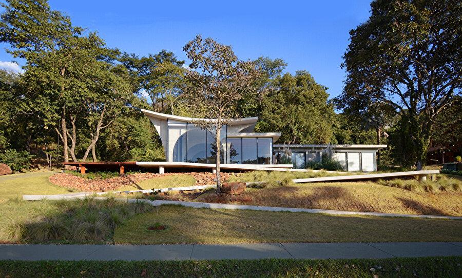Ev, içeriden bakıldığında dış bükey; dışarıdan bakıldığında ise iç bükey yüzeylere sahip.