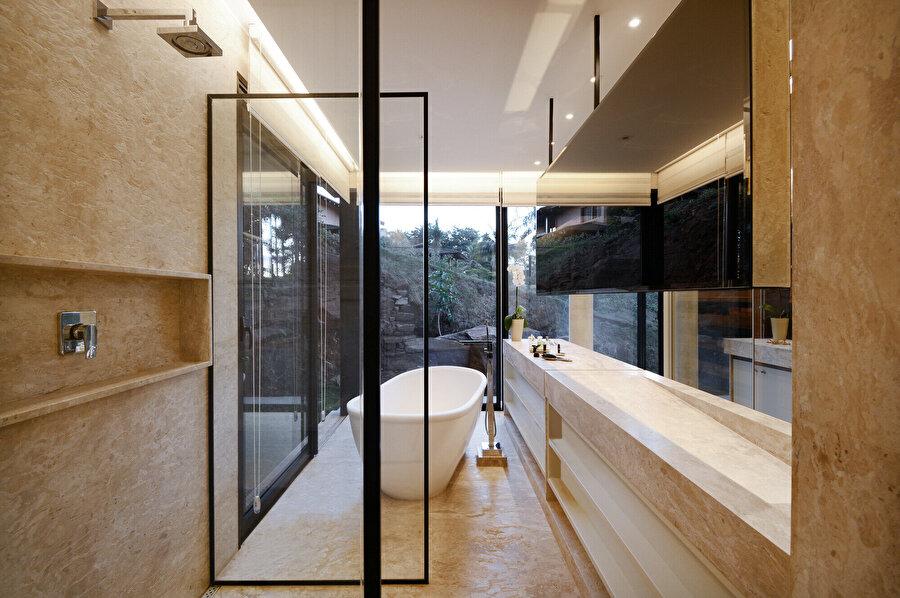 Yatak odalarına ait banyolarda da diğer mekanlarda olduğu gibi şeffaflık ön planda tutuluyor.