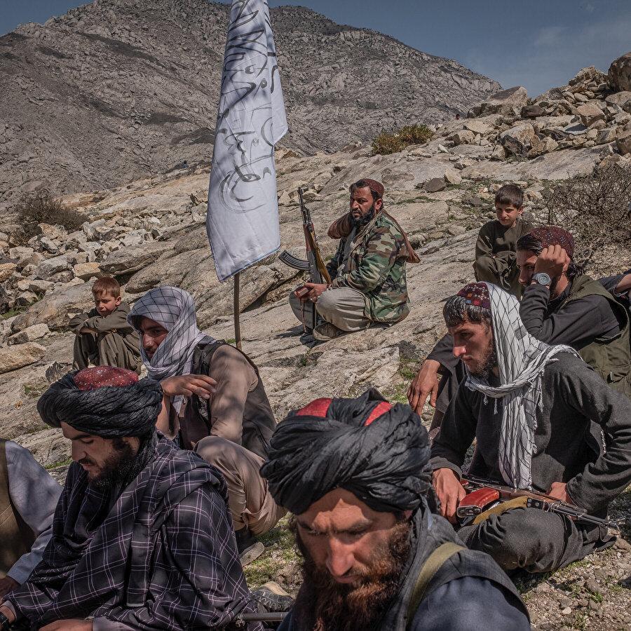 Afganistan coğrafyası Rus işgaliyle başlayan süreçte farklı coğrafyalardan pek çok savaşçının işgal karşıtı direnişlere destek vermek için akın ettiği bir yerdi. Taliban'a da diğer işgal karşıtı hareketler gibi farklı milletlerden çok sayıda insanın katıldığı belirtiliyor.