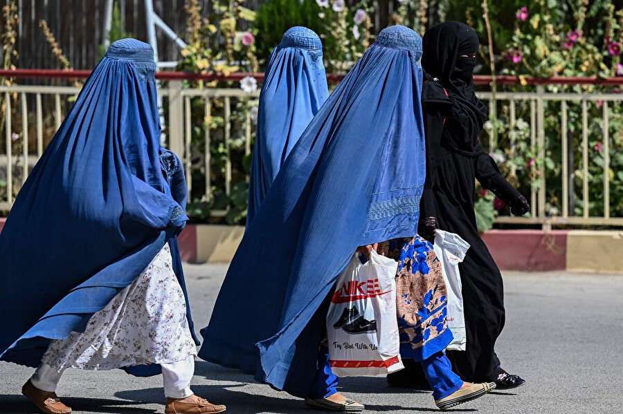 Afganistan coğrafyasıyla ilgili en fazla tartışılan meselelerden birisi de kadınların burka giymesi. Bölgeyi yakından tanıyanlar ise burkanın Taliban'ın bir dayatması değil, Afgan kadının tercih ettiği örfi bir kıyafet olduğunu belirtiyor.