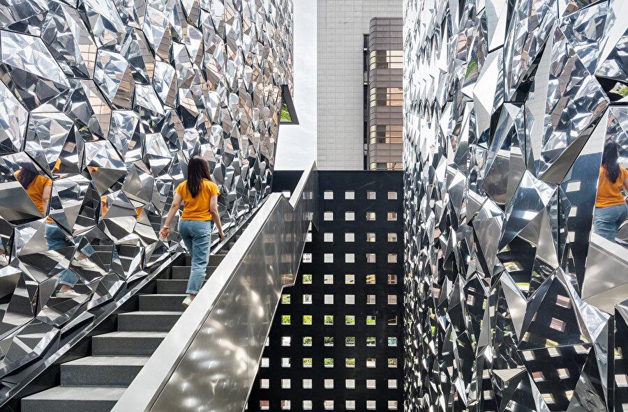 Paneller, aynalı materyal ile duvarların parlak bir desene sahipmiş gibi görünmesini sağlıyor.