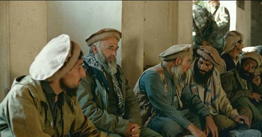 1980'li yıllarda Rus işgaline karşı birlikte mücadele eden Şah Mesud (solda), Burhanettin Rabbani (ortada) ve Abdullah Azzam (sağda).
