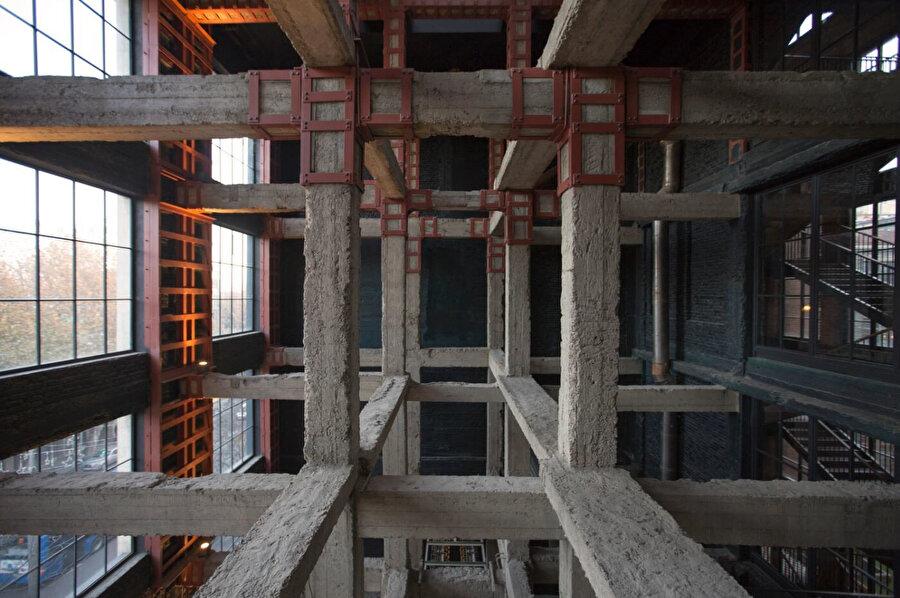 90 yıllık betonarme sistem çelik desteklerle güçlendiriliyor ve tuğla yığma duvarlarla olduğu gibi sergileniyor.